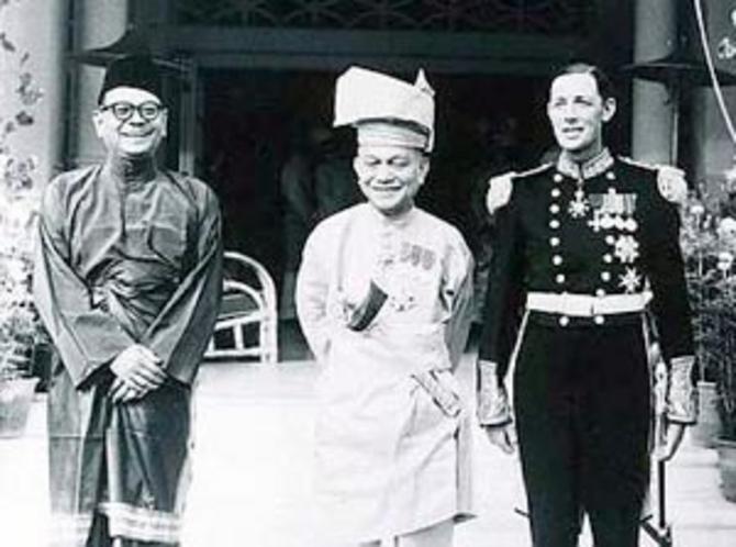 1957.  LE ROI ABDUL RAHMAN SULTAN DE NEGERI SEMBILAN, entouré par   SIR RONALD MACGILLIVRAY DERNIER HAUT-COMMISSAIRE BRITANNIQUE (droite) et LE VICE-ROI DE MALAISIE Tengku  HISAMUDDIN ALAM SHAH SULTAN DE SELANGOR (gauche)