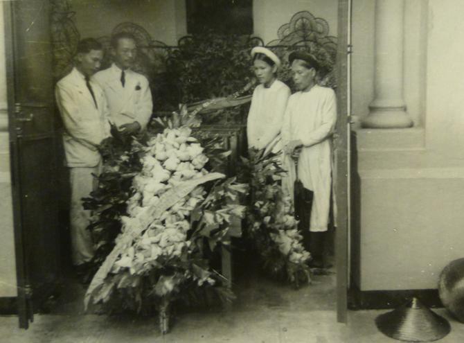 26 AOÛT 1937. ULTIME ADIEU à VICTOR TARDIEU (décédé le 12 Juin 1937), AVANT LE TRANSFERT à LA GARE DANS LE TRAIN DE 10h30 POUR HAIPHONG. VU Dang Bon ?, NAM SON, Mme LUONG Thi Thao (EPOUSE DE NAM SON), Mme NGUYÊN Thi Lân ( MERE DE NAM SON). C* NGÔ K. K.