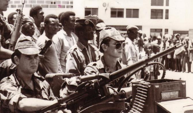 22 SEPT. 1979.. LA JEEP DU CAPITAINE Olivier FABRE SILLONNANT LES RUES DE BANGUI.