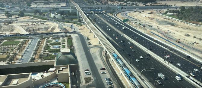 VUE DU HAUT DU W DUBAI : SHEIKH ZAYED ROAD, LE METRO. A GAUCHE LE JARDIN DU ST REGIS.
