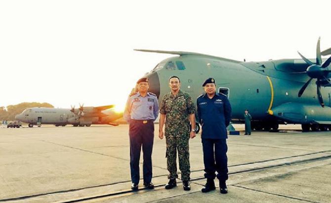 AIRBUS A400M  et HERCULE 130. AVEC LE VICE-AMIRAL AHMAD KAMARUL et LE CHEF DE LA ROYAL MALAYSIAN AIR FORCE ROSLAN BIN SAAD