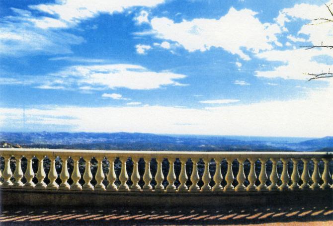 LA TERRASSE AU SUD : VUE SUR SAINT-JEAN CAP FERRAT, LA BAIE DE CANNES et SES ÎLES et SUR TOUS LES MASSIFS DE L'ESTEREL JUSQU'AUX MONTS DOMINANT TOULON.