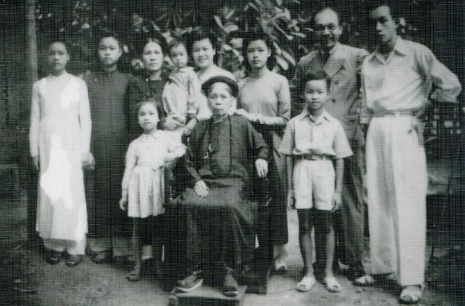 CIRCA 1948. Ier RANG : NGUYÊT-MINH, Mme NGUYÊN Thi Lân (mère de NAM SON), AN-KIÊU. 2è RANG : MÔNG-BAO, CHÂU-HOAN, Mme LUONG Thi Thao (épouse de NAM SON) dans ses bras HOAI-AN, KIM-THOA, NGOC-TRÂM (mère de KIM-KHÔI), NAM SON, AN-THACH.