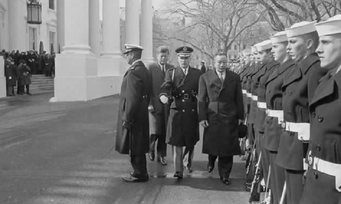 25 FEVRIER 1963. SA MAJESTE VATTHANA SAVANG AVEC KENNEDY QUI SERA ASSASSINE LE VENDREDI 22 NOVEMBRE 1963.