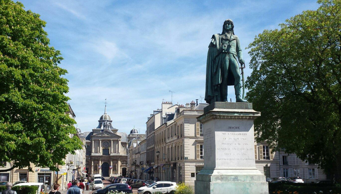 CATHEDRALE SAINT LOUIS 4 Place Saint Louis 78000 VERSAILLES . Tel. 01 39 50 40 65.............. .Construite par Jules HARDOUIN-MANSART de SAGONNE (1711+1778). Ouverture en 1754.