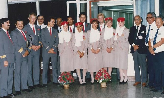 25 OCTOBRE 1985. LE TOUT PREMIER EQUIPAGE DE L'EK 500 ACCUEILLI à BOMBAY PAR LES OFFICIELS DE BHARAT PETROLEUM.  L'EQUIPAGE A ETE FORME AU PAKISTAN.  C* CAPITAINE EJAZ UL HAQ  '2è a partir de la gauche.