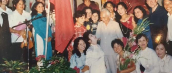 AMBASSADE de FRANCE, HANOI. Le Général au milieu des Artistes et Chanteuses du 14 juillet 1989