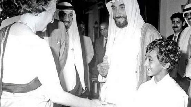 ABU DHABI. 1981. S.A Sheikh ZAYED et son fils Sheikh ABDULLAH 9 ans  accueillent Indira Gandhi