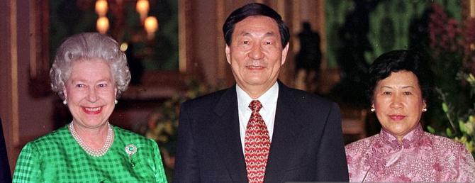 CHÂTEAU DE WINDSOR . 31 Mars 1998 . Le Premier Ministre ZHU RONGJI et son épouse  LAO AN invités privés de Sa Majesté  la Reine  ELISABETH lors de leur séjour pour ASEM - Asie Europe Meeting