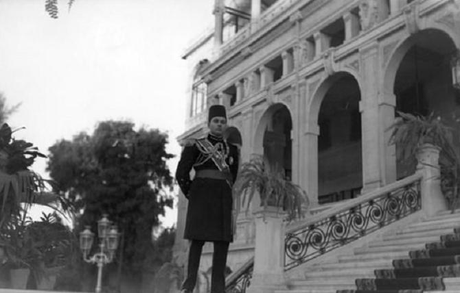 20 JANVIER 1938 LE ROI FAROUK ATTEND SA FIANCEE DEVANT LE PALAIS KOUBBA AU CAIRE.