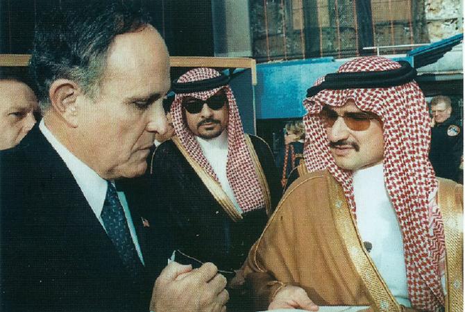 Rudolf GIULIANI recevant un chèque de 10 millions de dollars du Prince après le 11 Septembre 2001. UNE EMBROUILLE POLITIQUE PEU DIGNE DE GIULIANI que j'admire pourtant ! !