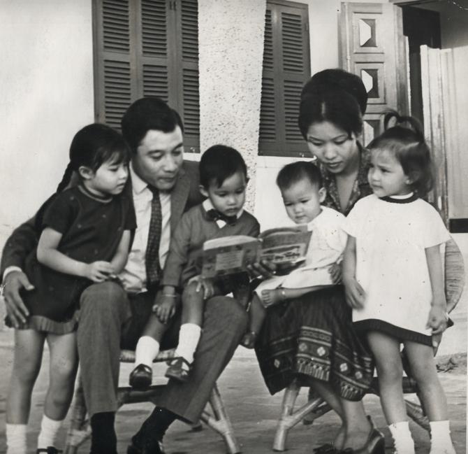 VIENTIANE CIRCA 1970.  LL.AA. LE PRINCE MANGKRA et LA PRINCESSE OUANNA SOUVANNA PHOUMA AVEC LEURS 4 ENFANTS. De g.à dte. Pcesse DARAPHON, Pce ANOUROUTH,  Pcesse VINADARA, Pcesse KEOLOTFA. C* PCE  Mangkra SOUVANNA PHOUMA.