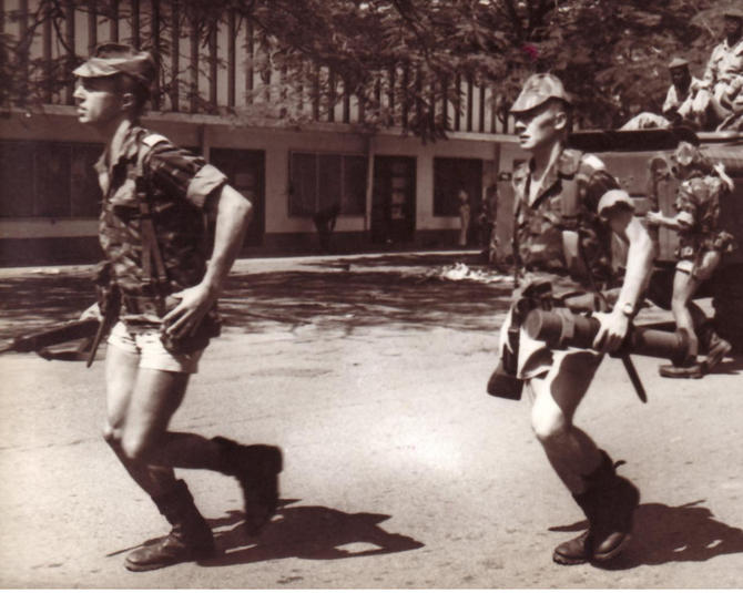 """22 SEPT. 1979. LES HOMMES DU COLONEL Bernard DEGENNE DEBARQUENT DU TCHAD . LE LOOK """"PARA-MILITAIRE"""" DES ANNEES 70... C* amicale8rpima"""
