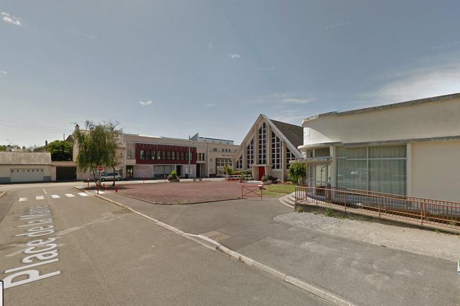 11  PLACE DE LA MAIRIE.  Août 2012. Au centre EGLISE SAINT ELOI, à dte. LE CLUB DE L'ÂGE D'OR