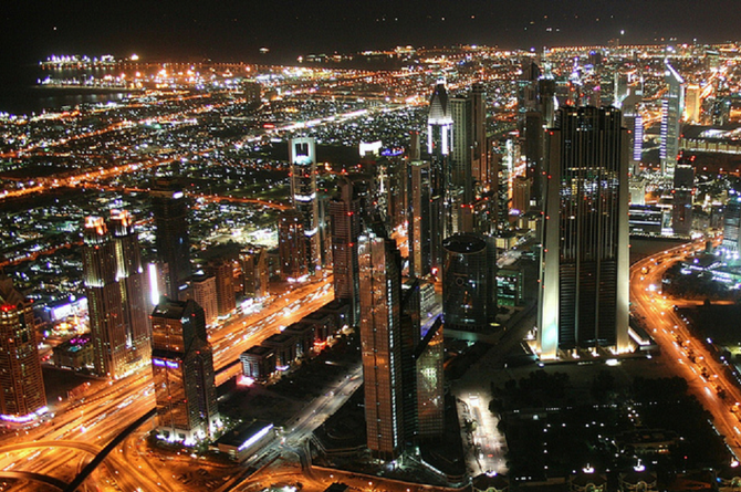 JANV. 2013 . SHEIKH ZAYED ROAD LA NUIT. ON VOIT : ROSE TOWER 333M, HHHR TOWER 317M, MILLENIUM TOWER 285M, 21TH CENTURY TOWER 269M