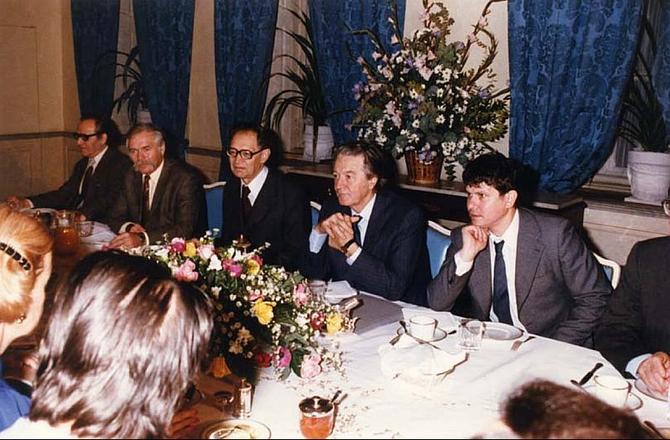 PETIT DEJ' 9 DEC. 1988 : ROLAND DUMAS, MINISTRE DES A.E AVAIT ORGANISE CETTE RENCONTRE IL Y EUT UN SERIEUX ACCROCHAGE AVEC  LE PT. TCHEQUE GUSTAV HUSAK.. ALEXANDER DUBCEK LEADER DU PRINTEMPS DE PRAGUE ETAIT ASSIGNE à RESIDENCE à BRATISLAVA.