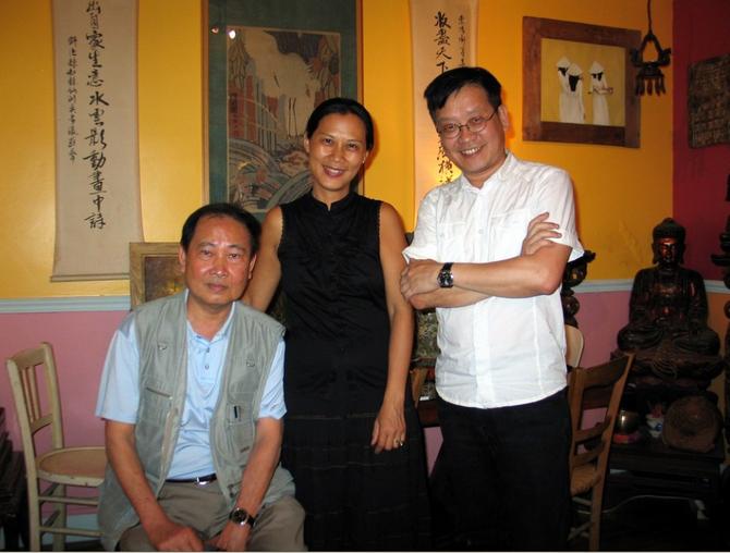 2010. LE PR. DINH TRONG HIÊU AVEC LOAN DE FONTBRUNE EN VISITE CHEZ  NGÔ KIM-KHÔI (à droite) PETIT-FILS DE NAM SON. ........ PHOTO COMMUNIQUEE par  DINH T. H.
