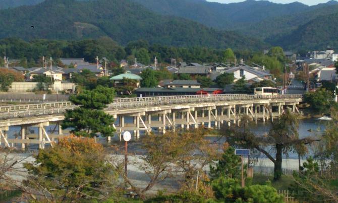 "LE TOGETSU-KYÔ "" PONT QUE TRAVERSE LA LUNE "" construit à l'ère HEIAN (794-1185) traverse la rivière HOZU - HOZUGAWA -  devenue la KATSURAGAWA en rentrant dans KYOTO"