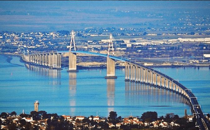 LE PONT DE SAINT NAZAIRE : 3.356m. AU DESSUS DE L'ESTUAIRE. CONSTRUIT DE 1972 à 1975. .... A CONSERVE SON TITRE DE PONT LE PLUS LONG DU MONDE JUSQU'EN 1983.