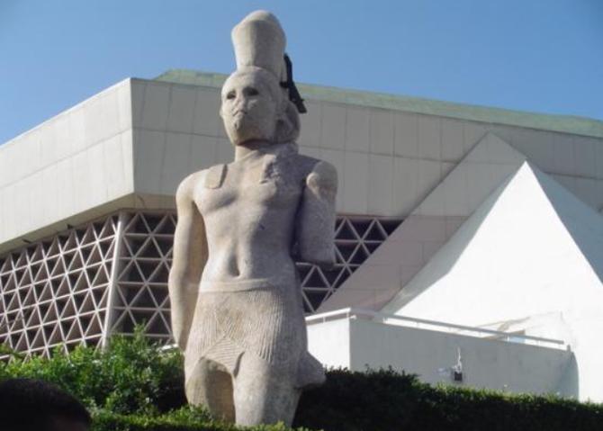 STATUE PTOLEMEE II. BIBLIOTECA : UNE FENÊTRE DU MONDE SUR L'EGYPTE, UNE FENÊTRE DE L'EGYPTE SUR LE MONDE, UNE INSTITUTION PIONNIERE POUR  RELEVER LES DEFIS DE L'ERE NUMERIQUE, UN CENTRE DE TOLERANCE ET DE DIALOGUE ENTRE LES PEUPLES ET LES  CIVILISATIONS.