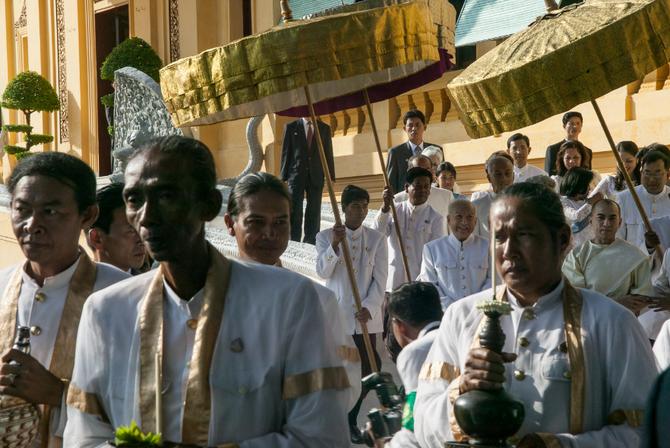 Précédé par les Bakous, le Roi Père Norodom Sihanouk mène le Prince Sihamoni à l'ondoiement.