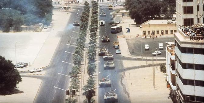 UNE DES PREMIERES PHOTOS DE L'INVASION LE 2 AOÛT 1990.
