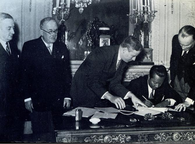 ELYSEE. 8 NOV. 1949. SIGNATURE DU PREMIER TRAITE FRANCO-KHMER PAR  S. A. R. PREAH ANG KROM LUONG SISOWATH MONIPONG. A g. LE PT. DU CONSEIL GEORGES BIDAULT et LE PT. DE LA REPUBLIQUE FRANCAISE VINCENT AURIOL. C* S.A.R.  RAVIVADDHANA SISOWATH MONIPONG.