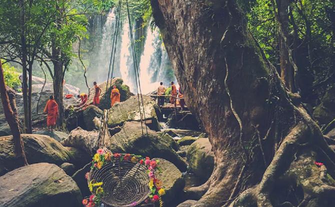 Les Chutes du massif PHNOM KULEN où l'eau de l'ondoiement royal est recueillie