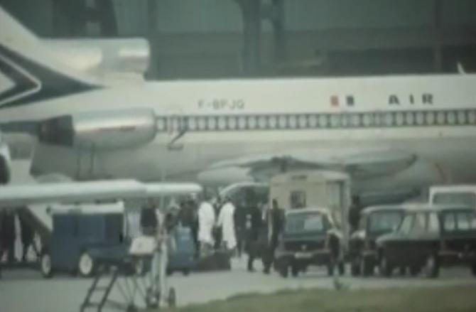 PARIS 17 Oct. 1972. Pierre SUSINI arrive après 23 h. de vol en provenance de Vientane. Grièvement brûlé il était accompagné de son fils Jacques et de 2 médecins français . Evacué par hélico Pierre meurt peu après.