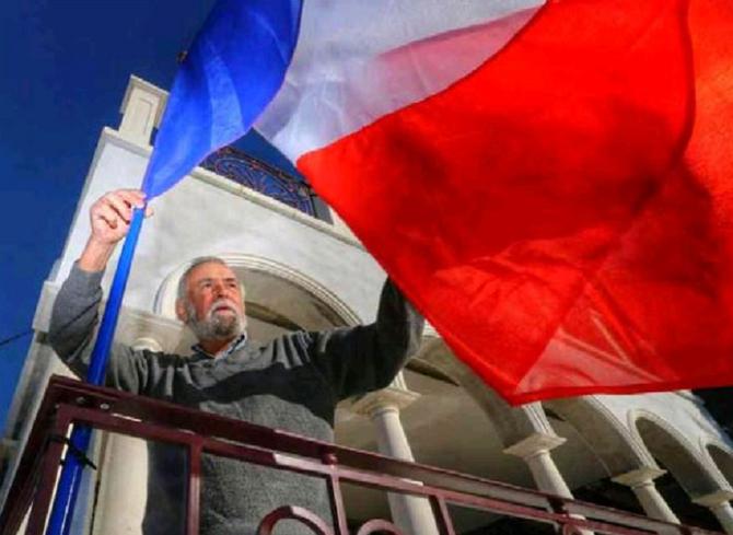 STEFAN DE FAY HISSANT LE DRAPEAU FRANCAIS DEVANT SA MAISON  à NICE . C* www.PressReader.com/Nice_Matin (Cannes) 28 Nov. 2015