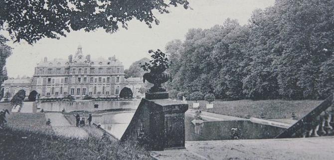 LE CHATEAU DE RENTILLY AVANT SON INCENDIE LE 21 AOÛT 1944. IL APPARTENAIT à LA FAMILLE MENIER DEPUIS 1890.