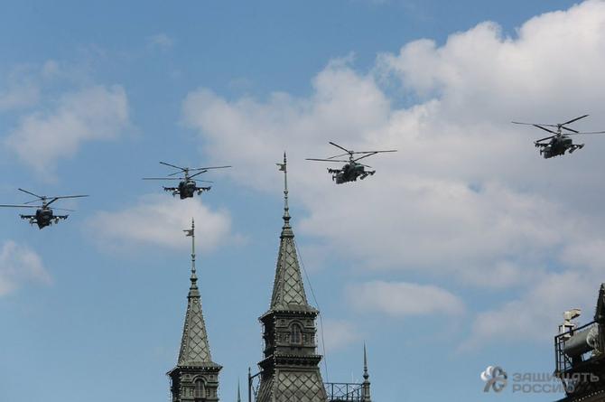 MOSCOU 9 MAI 2016. PASSAGE DE 4 KAMOV KA-52 ALLIGATOR, en mission par tout temps  de jour comme de nuit . Concepteur initial NIKOLAÏ ILITCH KAMOV (1902+1973)