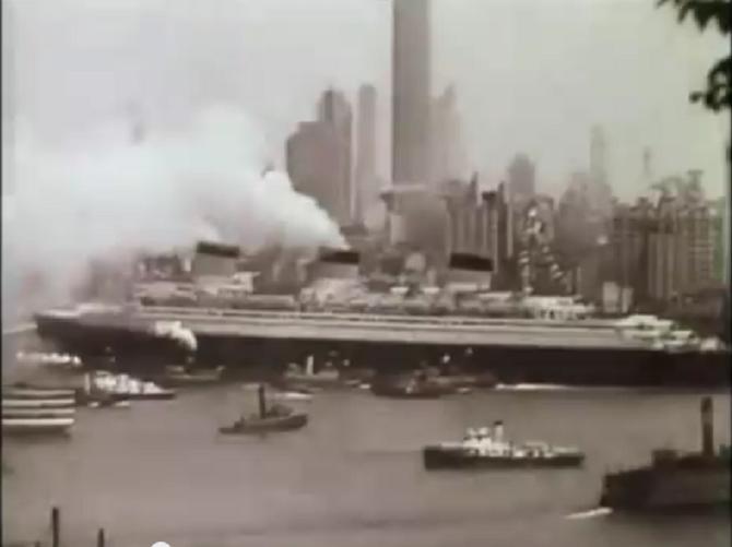 1935 ARRIVEE TRIOMPHALE ET ACCUEIL DELIRANT DU NORMANDIE  ENTRANT DANS LE PORT DE NEW-YORK AVEC LE RUBAN BLEU