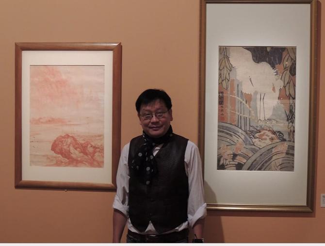 """KIM-KHÔI DEVANT LES 2 TABLEAUX DE SON GRAND-PERE, PRÊTES AU MUSEE CERNUSCHI  LORS DE L'EXPOSITION """"DU FLEUVE ROUGE AU MEKONG"""" (2012-2013). C*N.K.K."""