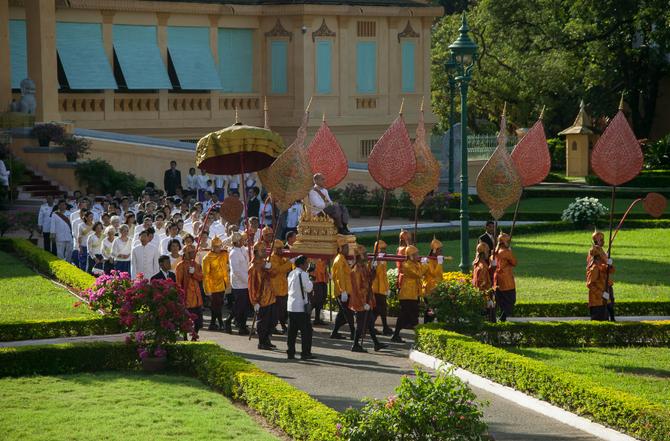Le nouveau Roi quitte le Palais Khemarin pour la Salle du Trône où se déroulera la prestation de serment