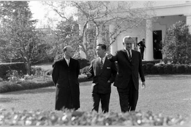 10 NOV. 1967. S.A.R MONSEIGNEUR LE PRINCE VONG SAVANG AVEC LE PRESIDENT JOHNSON à LA MAISON BLANCHE.