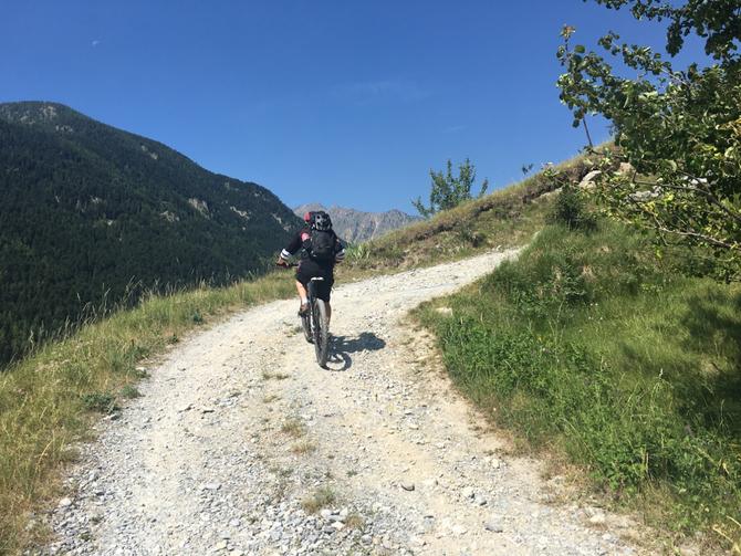 non c'è tempo per scaldare le gambe ....si parte  subito con salite al limite della pedalabilità