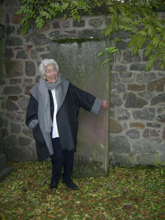 Elsbeth Juda am Grab ihres Vaters Julius Goldstein - Jüd. Friedhof Darmstadt - Foto: Martin Frenzel ( Förderverein Liberale Synagoge)