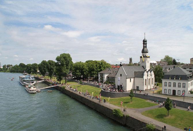 Rheinufer Köln Mülheim mit Clemenskirche