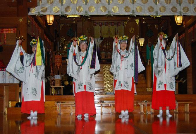新嘗祭に奉納する浦安の舞