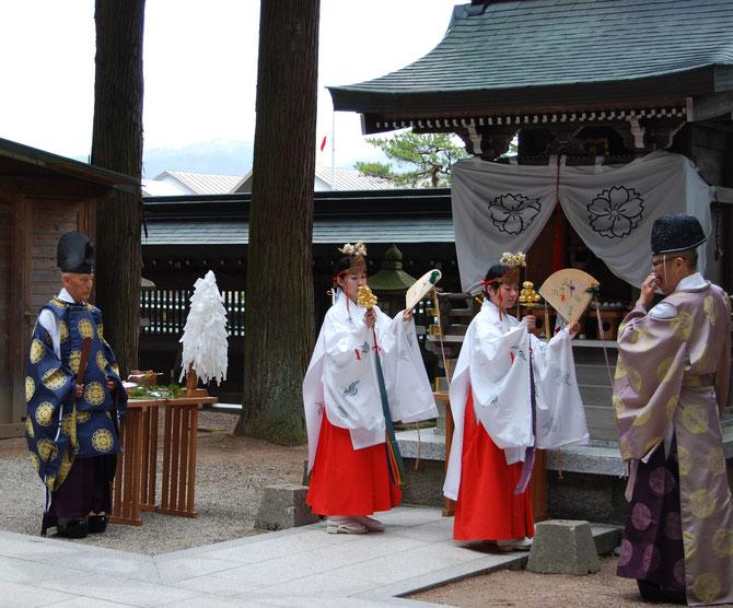 照前神社例祭には、神前で式神楽舞を奉納