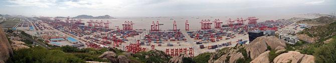Vue panoramique du port de Yangshan (partie Sud-Ouest), au large de Shanghai. Bigg(g)er/Wikimedia[CC BY-SA 3.0]