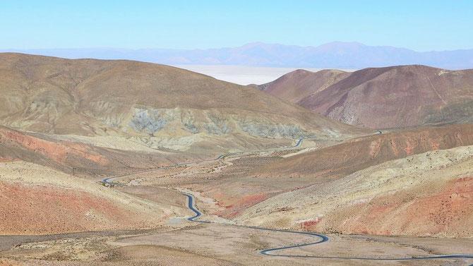 In der Ferne die Salinas Grandes (3.500 m hoch gelegen), eine Traumstrecke, die bis auf 4.200 m Höhe geht.