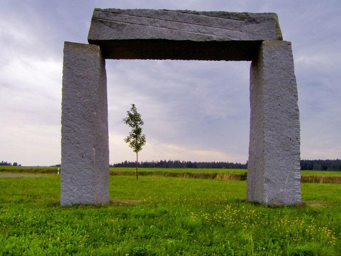 Etwa 6 Meter hohes Megalith Tor aus 3 Granit Blöcken bei der Ortschaft Kulz im Landkreis Schwandorf, 11.08.2004, 11:58