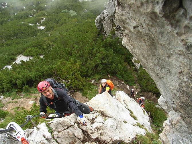 Klettersteig unterhalb des Triassicparks auf der Steinplatte, leichter Steig zur Eingewöhnung, vorne Georg Lober