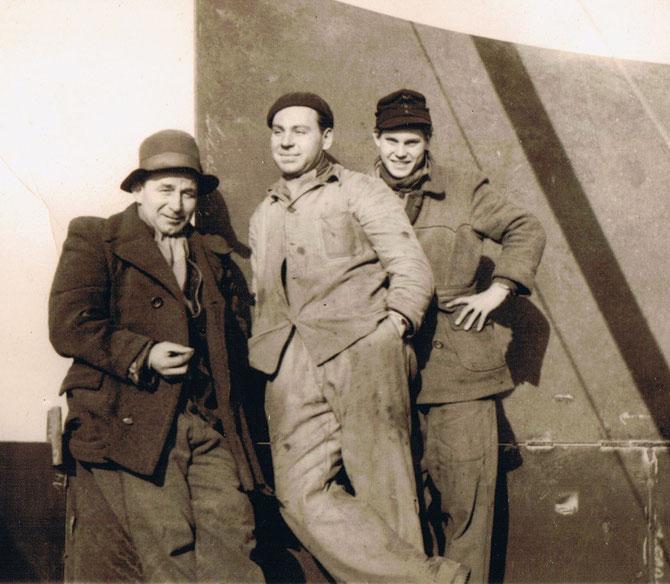 Montagearbeiter, links mein Vater, 50er Jahre