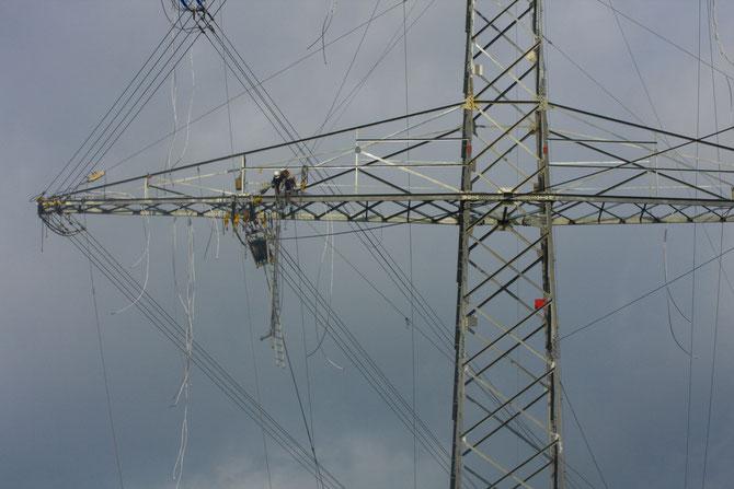 Stromwerker bei der Montage der Leiterseile, 01.09.2008