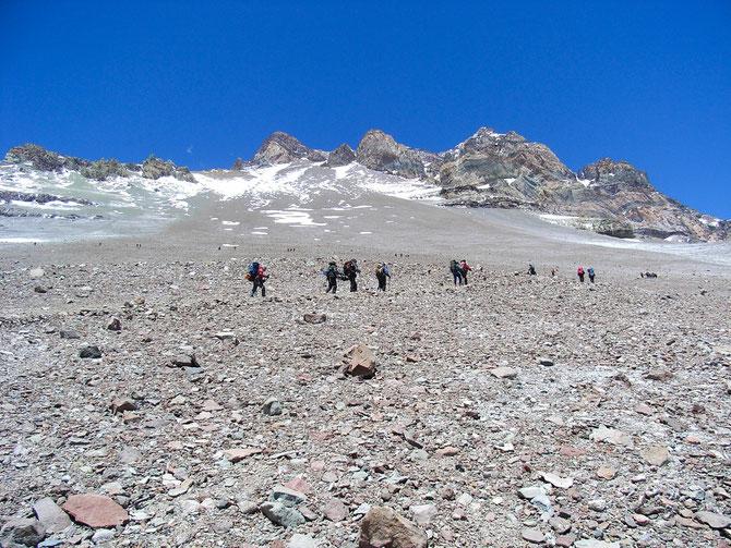 Abstieg von Nido de Condores zum Basislager, hier Blick zurück auf die nach oben strebenden, 18.01.2008, 15:32 Uhr