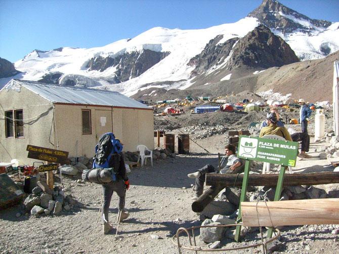 Ankunft im Basislager Plaza de Mulas und sofort ging es zum Medizincheck, das Zelt war hatte Robert ja schon am Vortag aufgebaut,08.01.2008, 19:17 Uhr