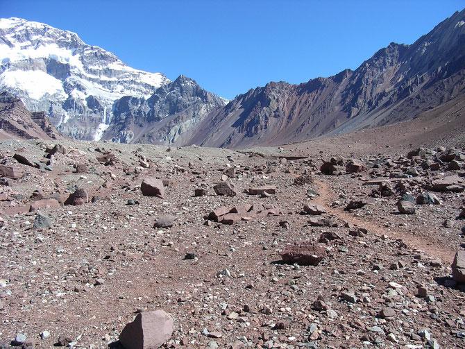 Weg zum Plaza Francia (4.000 m ü.NN) im Hintergrund die Südwand des Aconcagua08.01.2008, 11:33 Uhr